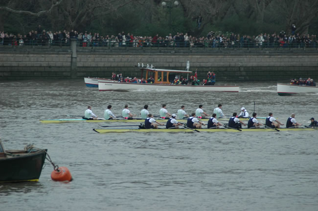Acer's crew, in dark blue, was first overtaken by Cambridge at the start of the 2005 race.